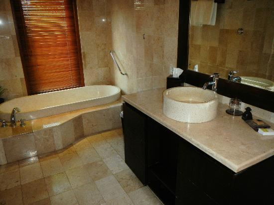 Royal Jimbaran: Royal Bali Beach Club: Bathroom