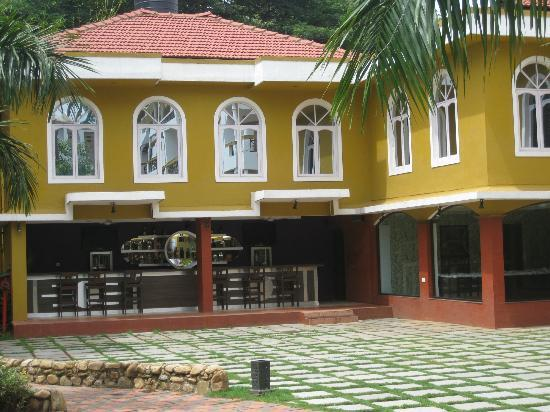 Goa - Villagio, A Sterling Holidays Resort: Pool Side Bar and Restaurant