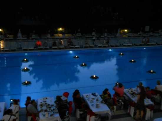 Luana Hotels Santa Maria: Dinner decorations by the pool