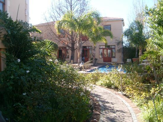 Montagu Country Hotel: Towards the warm water pool