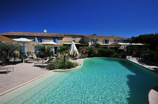 La Bastide d'Eygalières : Pool and main building with rooms