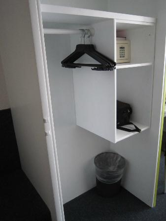 Hotel Waldhorn: Closet & safe-box