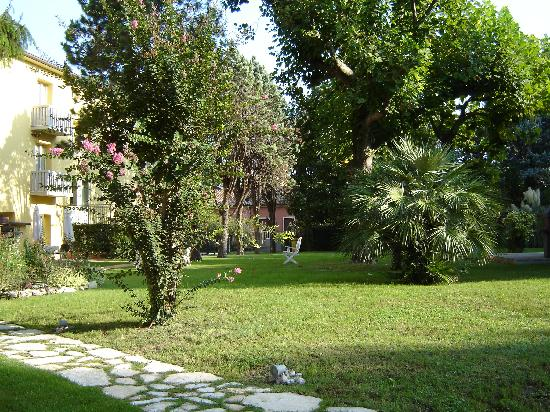 Viktoria Palace Hotel: The gardens at the hotel