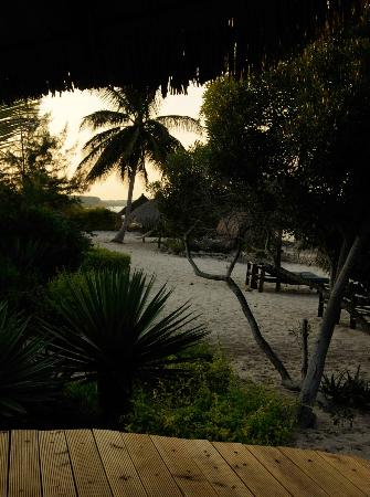 Villas do Indico Ocean Eco-Resort & Spa: Beach in evening