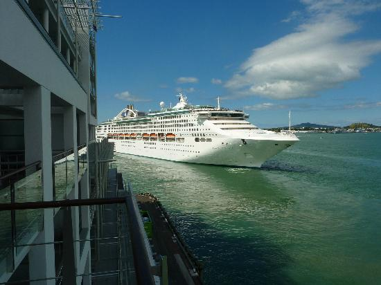 Hilton Auckland: Cruise liner leaving from balcony 