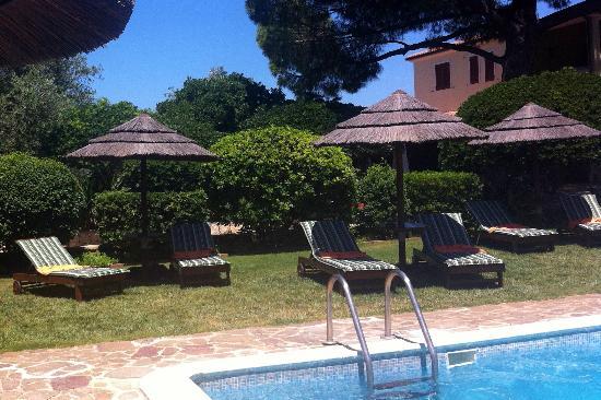 Vessus Country Hotel : Am Pool liegen