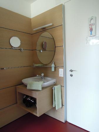 Steinenschanze Stadthotel: 洗面台は客室に