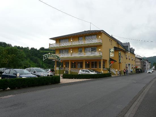 Pension and Restaurant Panorama : Zicht vanop de parking...