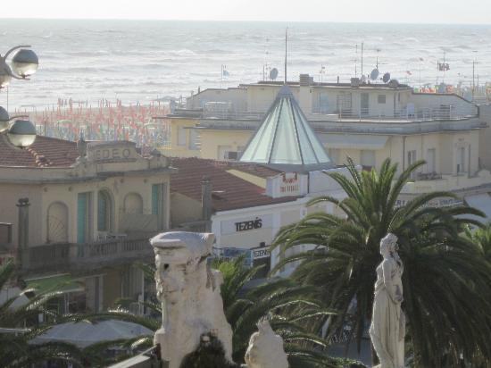 Plaza e De Russie Hotel: vista dalla camera a due passi dalla spiaggia e negozi