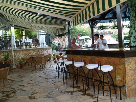 Meldi Hotel : The bar by the pool
