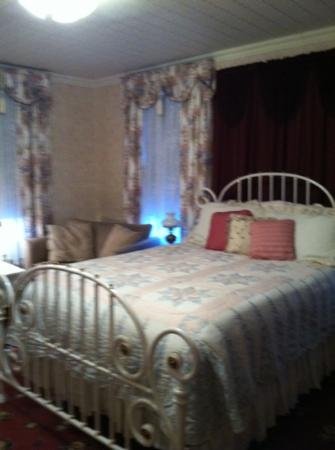 Avery Guest House Bed and Breakfast: this pic doesn't sufficiently capture how pretty this room is