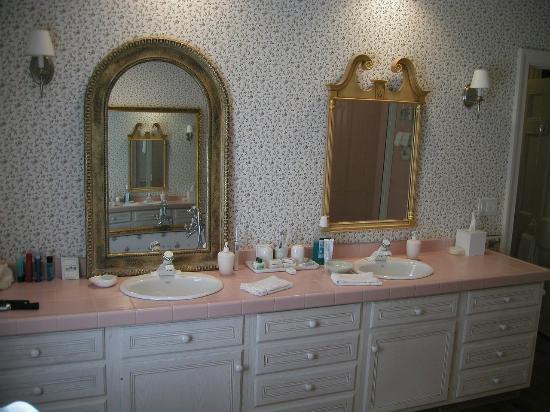 Stockbridge Country Inn : Two Sink Large Bathroom Vanity
