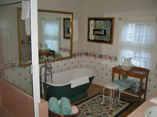 Stockbridge Country Inn: Large Soaking Tub and Two Person Walk-in Shower