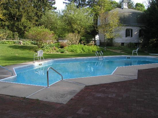 Stockbridge Country Inn: Large Pool and Beautiful Landscaping
