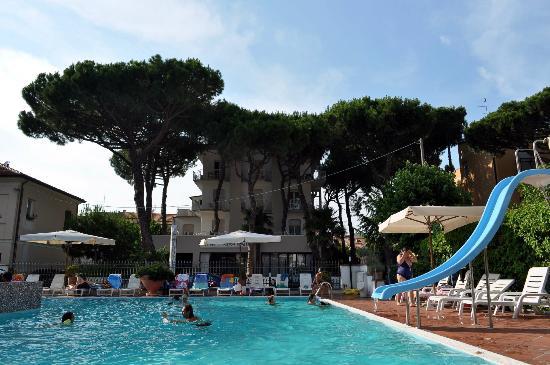 Hotel Miramare: piscina e hotel