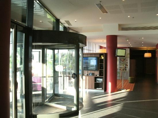 Courtyard by Marriott Toulouse Airport: Lobby and Front Entrance