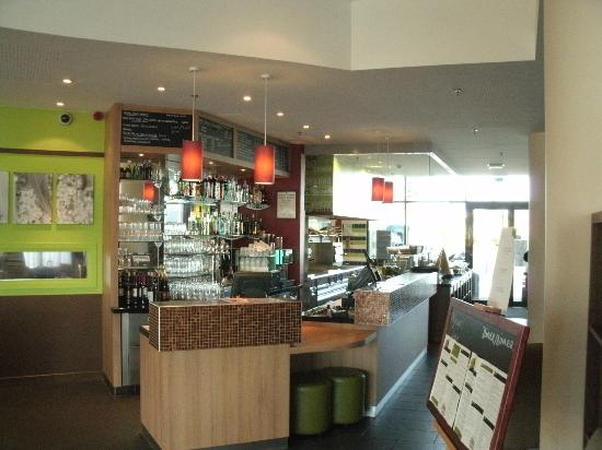 Courtyard Toulouse Airport: Reception, Bar and Restaurant Ordering Area