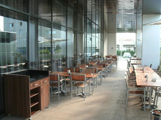 Courtyard Toulouse Airport: Terrace Dining Area in Front of Hotel