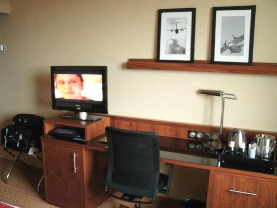 Courtyard by Marriott Toulouse Airport: TV and Desk/Work Area