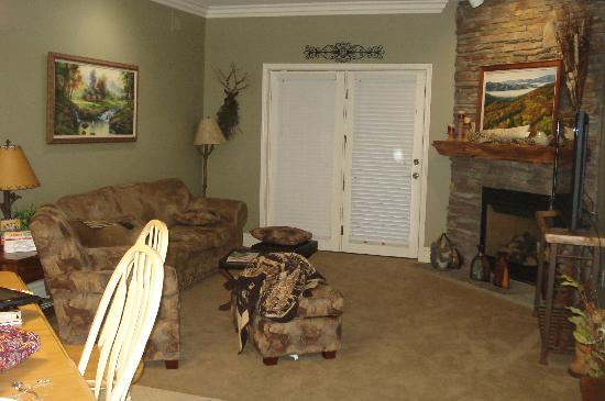 Mountain Vista Luxury Rentals: Living room and doors to balcony