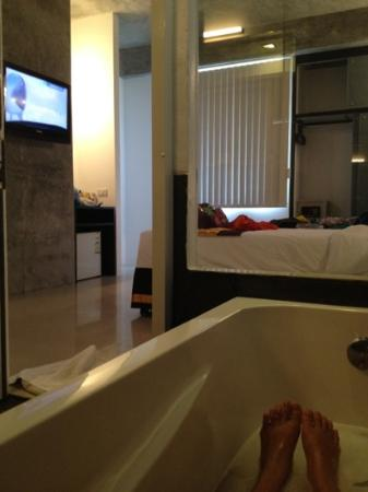 The Front Hotel and Apartments: the best bath tub & tv when you r traveling alone