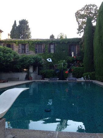 La Colombe d'Or : heated pool with a Calder mobile