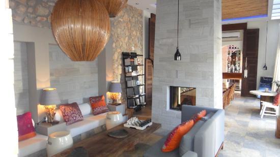 The Giri Residence: living room
