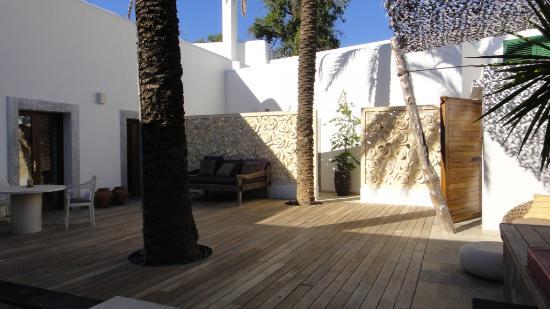 The Giri Residence: Entrance and Jasmin room
