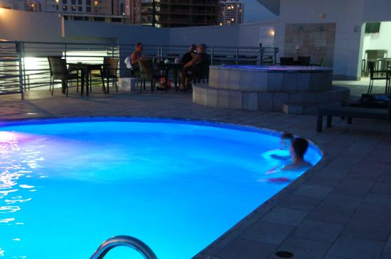 DoubleTree By Hilton Panama City: Rooftop pool in evening
