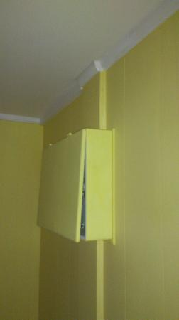 Hotel Restaurant Chalet: Coffret électrique ne ferme pas et au-dessus du lit