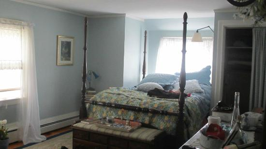 Around the Corner Bed & Breakfast: Our bedroom , The Monet Room andits four poster bed.