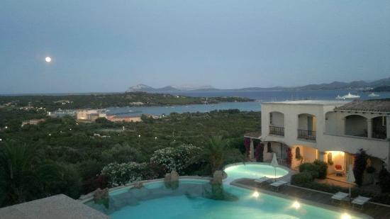 Hotel Petra Bianca: Aussicht vom Restaurant auf den Pool und die Cala di Volpe