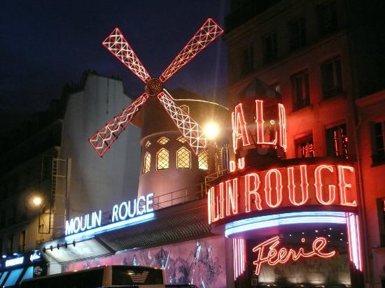 Hotel des 3 Poussins: Moulin Rouge, Walking distance from hotel