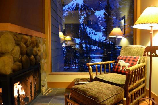 Moraine Lake Lodge: O hotel Lake Moraine inserido na paisagem - que chale!!!!
