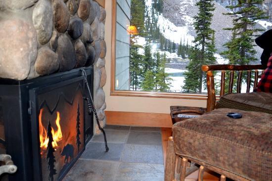 Moraine Lake Lodge: O hotel Lake Moraine inserido na paisagem
