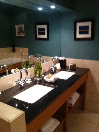 Feversham Arms Hotel & Verbena Spa: Bathroom