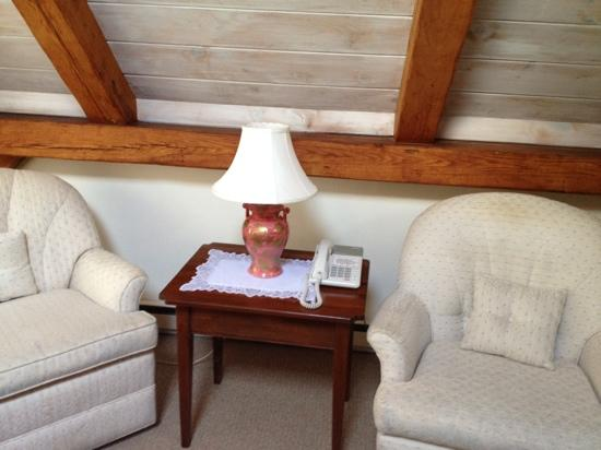 Brant Point Inn: sitting area in our room #110 in Atlantic Mainstay