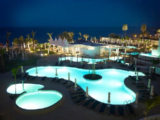 Sunrise Pearl Hotel & Spa: Pool night time