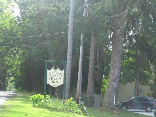 Seven Hills Inn: The drive way entrance