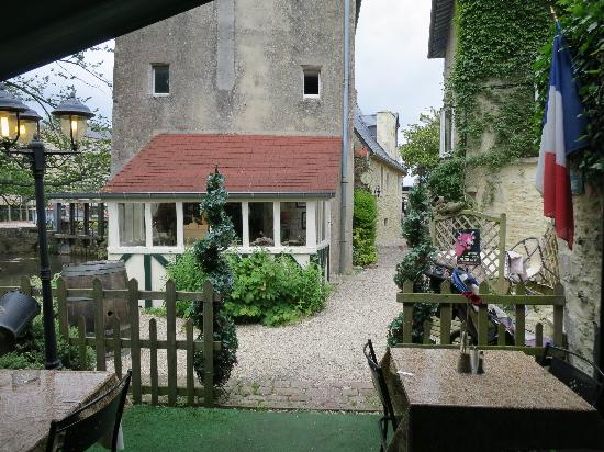 Le Moulin De La Galette: View looking towards entrance from outdoor seating