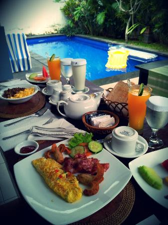 Evita Villa: Breakfast by the private pool