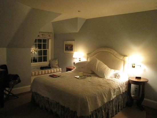 The Inn at Castle Hill on the Crane Estate: Queen-sized bed, king-size blanket, sheets like seraphim wings