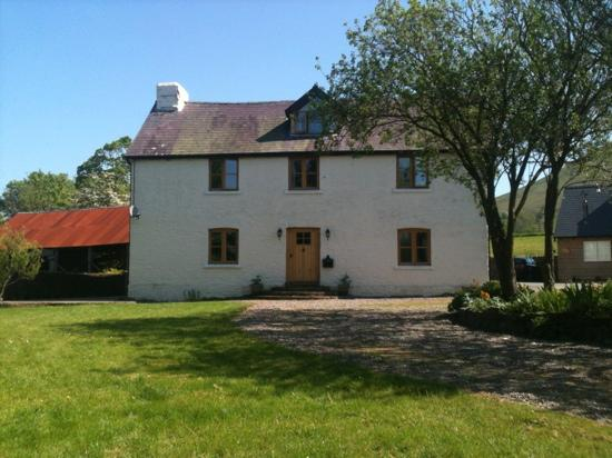 Great Trewern Bed and Breakfast: The farmhouse sat in a beautiful tranquil setting .