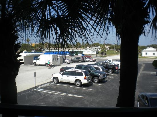 Hawaiian Inn: View from our room - a parking lot - the sliding door did not lock