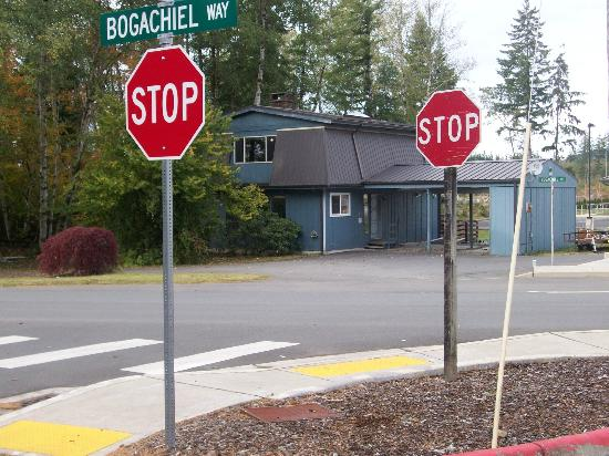Twilight Tours in Forks: World famous double stop sign!