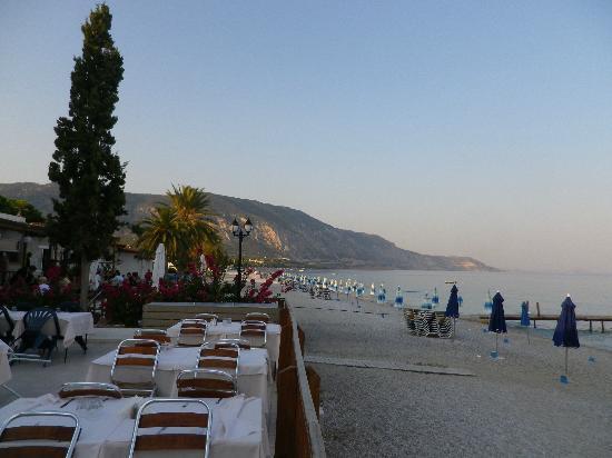 Kinetta, Greece: Terasse du restaurant côté plage