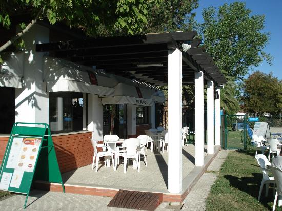 Parque de campismo Orbitur Evora: Bar by the pool