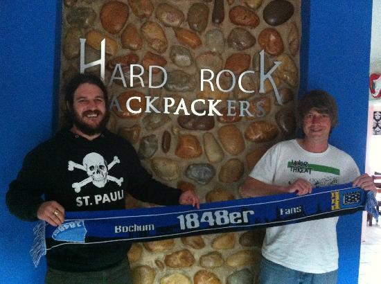 Hard Rock Backpackers: im Eingangsbereich mit Gastgeber Dick (links)