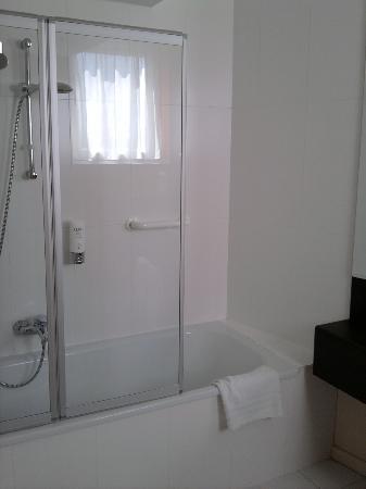 Husa de la Couronne: bathroom