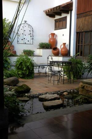 Hotel Marina Copan: One of the many garden alcoves
